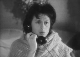 """Un fotogramma dal film """"L'Amore"""" (1948), ultima pellicola che vide insieme Roberto Rossellini e Anna Magnani. Qui l'attrice parla al telefono con un interlocutore immaginario per l'intera durata del film (liberamente ispirato ad un dramma teatrale di Jean Cocteau: """"La Voce Umana"""", ndr). https://www.youtube.com/watch?v=p5njhY-9Z3E."""
