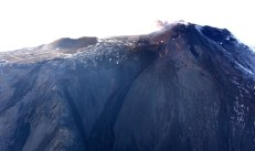 Figura 2 – La nuova fessura eruttiva e le bocche che hanno alimentato, e ancora alimentano debolmente, del colate di lava (Foto INGV).