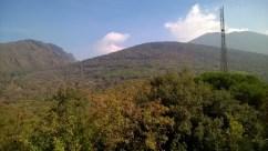 Figura 2 - Il Gran Cono del Vesuvio (sulla destra in alto), Colle Umberto (al centro) e parte del Monte Somma (sulla sinistra) visti dalla terrazza della sede storica dell'Osservatorio Vesuviano, primo avamposto d'osservazione del Vesuvio e primo osservatorio vulcanologico del mondo.