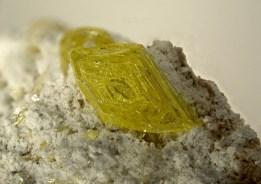 """Figura 5 - Zolfo, cristallo """"tramoggiato"""" in cui le facce esterne si sviluppano più velocemente della parte centrale dovuto ad un elevato flusso di gas (Foto M. Russo)"""