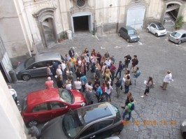 Figura 4 – Alcuni partecipanti al trekking urbano nel cortile del Palazzo Serra di Cassano.