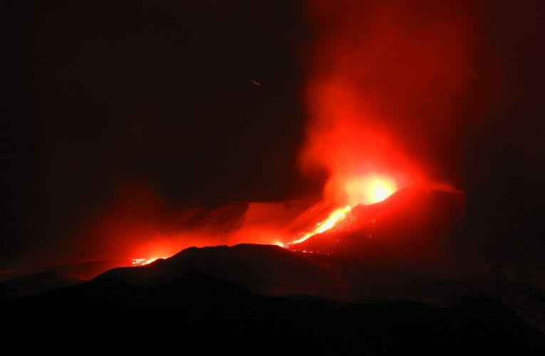Etna, parossismo al Cratere di Sud-Est nel giorno di Santa Lucia