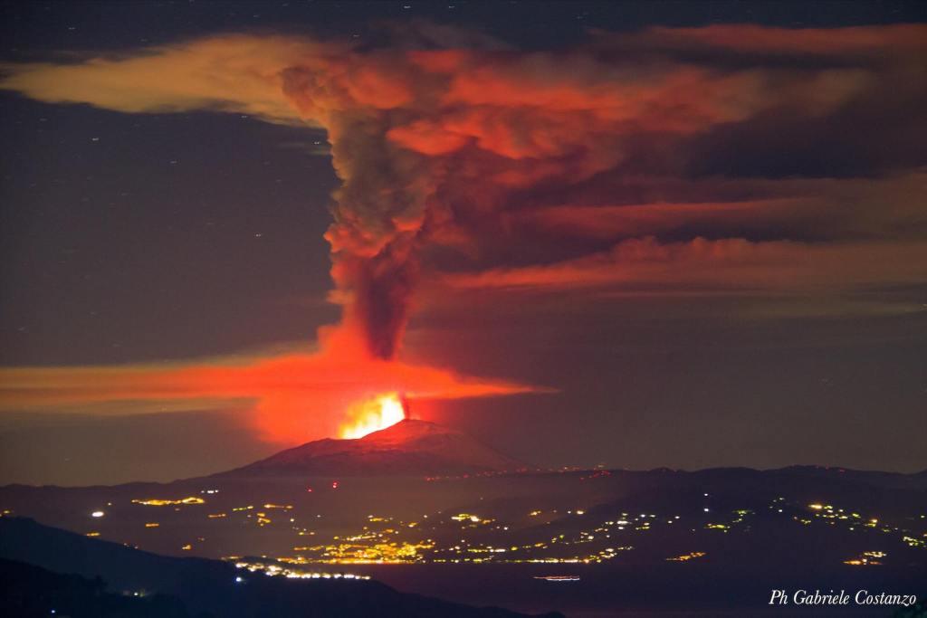 Figura 4 - Dal paese di Pianoconte sull'isola di Lipari (Isole Eolie), la colonna eruttiva dell'Etna alta più di 10 km nella fase culminante del parossismo si presenta così. Foto di Gabriele Costanzo.