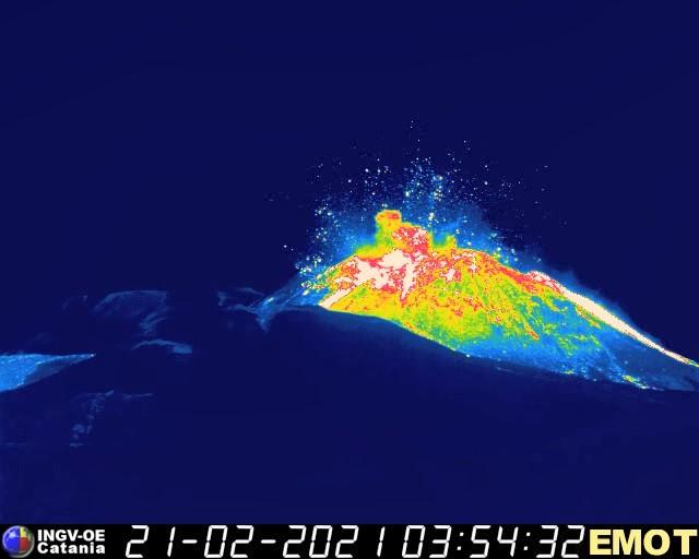 Figura 5 - Dopo un paio di ore di calma assoluta, il Cratere di Sud-Est si risveglia bruscamente con una serie di potenti esplosioni, accompagnate da fortissimi boati udibili in una vasta zona intorno all'Etna. Immagine ripresa dalla telecamera di sorveglianza termica sulla Montagnola (versante meridionale etneo) alle ore 04:54 locali (03:54 UTC) del 21 febbraio 2021.