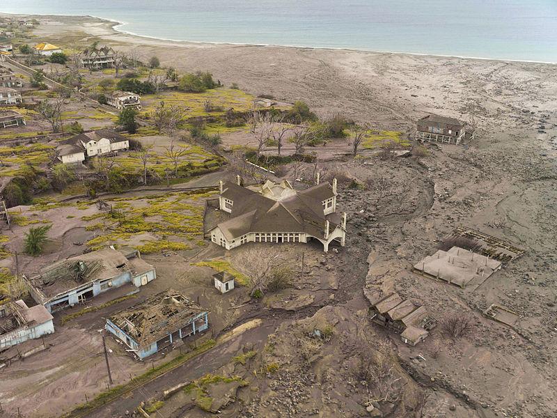 Figura 2 - Impatto dei prodotti piroclastici sulla città di Plymouth, vent'anni dopo l'eruzione che la seppellì (Andrew Shiva/Wikipedia)