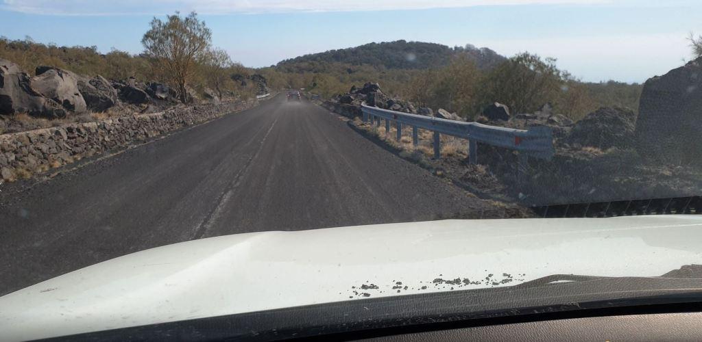 Figura 1 - Strada ricoperta di cenere sul versante meridionale dell'Etna
