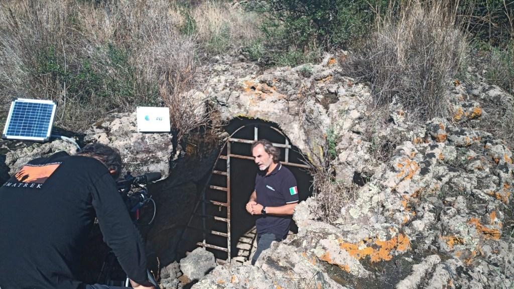Intervista al Dr. A. Bonforte dell'INGV-OE all'ingresso della grotta Micio Conti