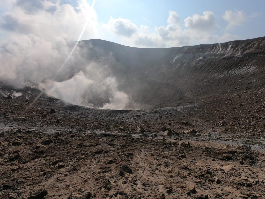 Figura 2. La foto, scattata il 29 settembre 2021, mostra il cratere della Fossa di Vulcano con le volute di gas rilasciato dalle fumarole. Fotografia di Marco Anzidei