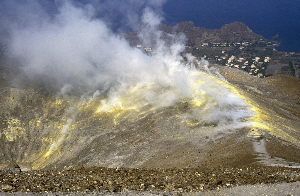 Figura 7 - Attività fumarolica al cratere de La Fossa, 20 settembre 1989. Fotografia di Boris Behncke