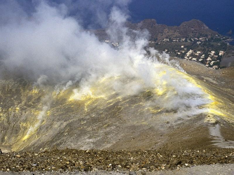 Figura 6 - Attività fumarolica al cratere de La Fossa, 20 settembre 1989. Fotografia di Boris Behncke