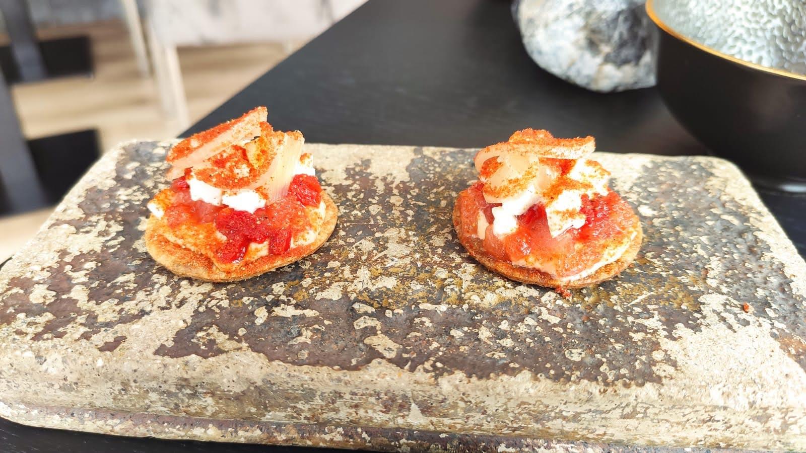 Amuse tortilla met tomaat, mozzarella, pancetta en ui