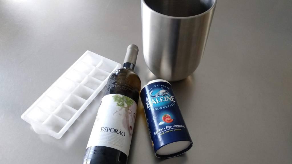 Wijn snel koelen met water, ijsklontjes en zout