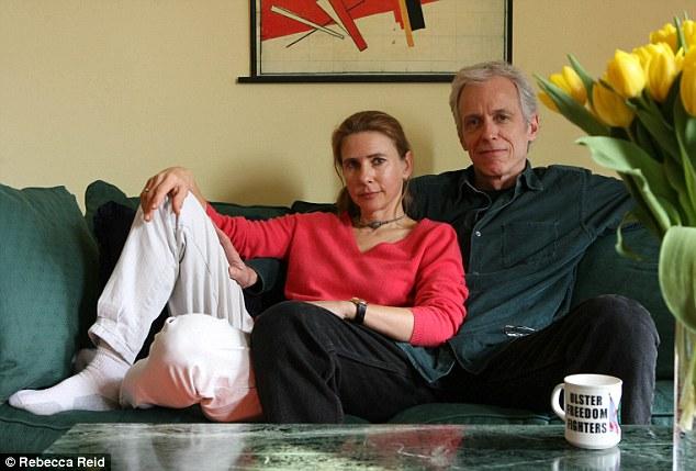 La escritora, el marido y la taza del UFF