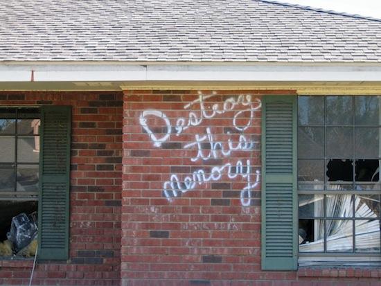 Graffiti tras el Katrina, fotografiada por Richard Misrach