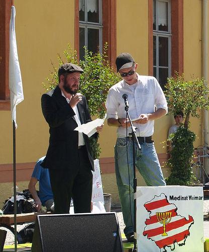 Medinat Weimar secretary R. Eidelman and Deutsche relationship officer S. Schmidt adressing the crowd
