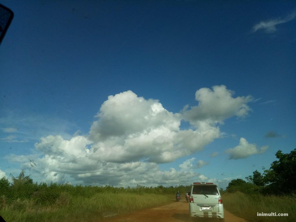 jalan menuju desa temajuk naik mobil