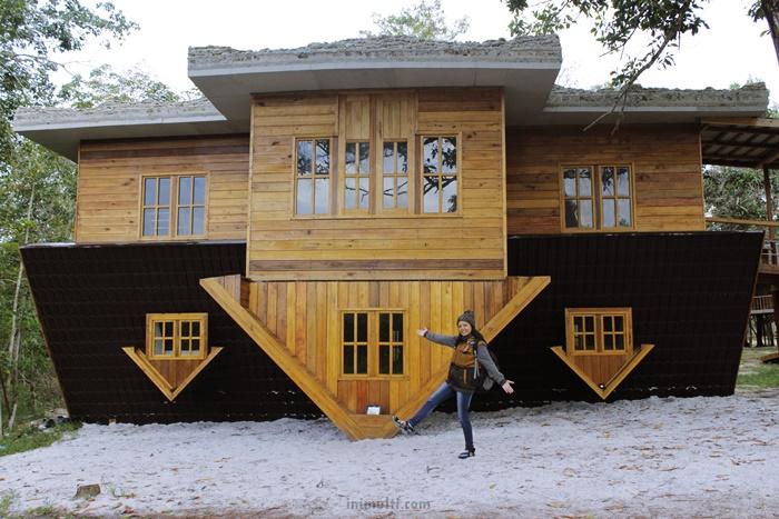 rumah terbalik wisata temajuk