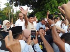 Prabowo lambaikan tangan