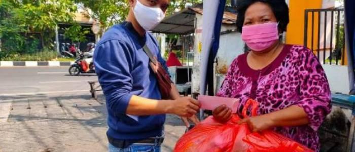 Terharu Dapat Bantuan dari FKHM Jatim, Wanita Korban PHK Ini Sampai Pingsan