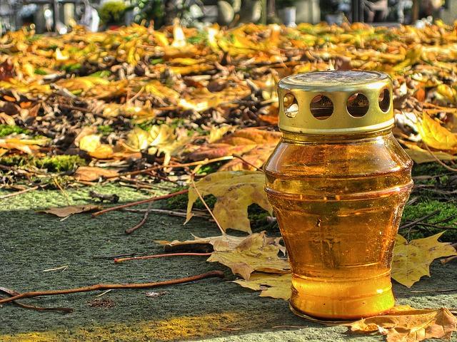 Toussaint-tombe-bougie-automne