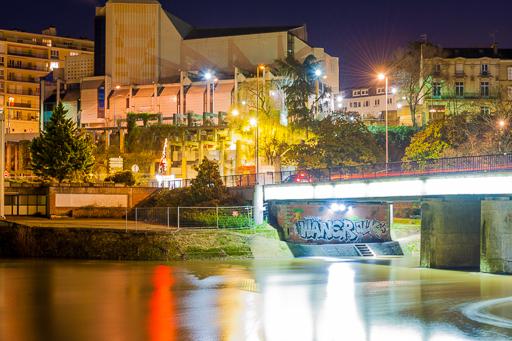 Photo prise de nuit de la ville du Mans pour profiter des éclairages urbains.