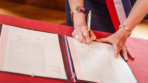 Signature du registre à la mairie par Madame la Maire