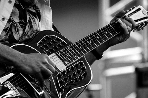 Mise en valeur des détails de la guitare par l'emploi du noir et blanc.