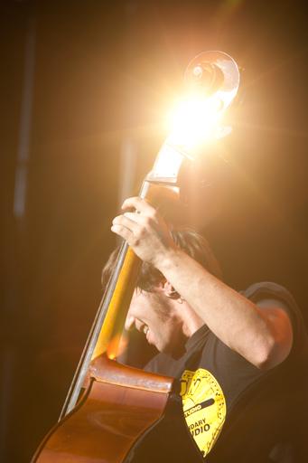 Mise en avant d'un effet lumineux pour évoquer la résonance du son de l'instrument.