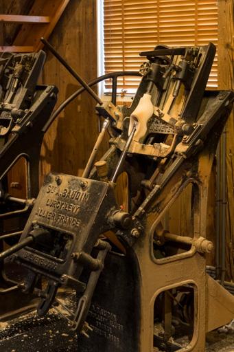 Le sujet de la photo est le sabot de bois lui-même installé dans une machine à recopier