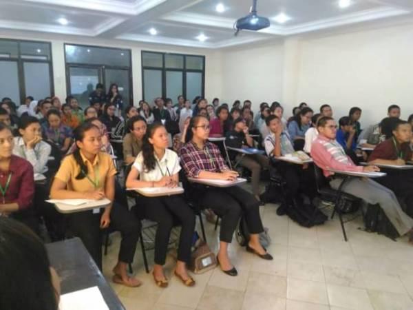 Para mahasiswa baru FK UNUD Angkatan 2016 mendengarkan materi dengan serius