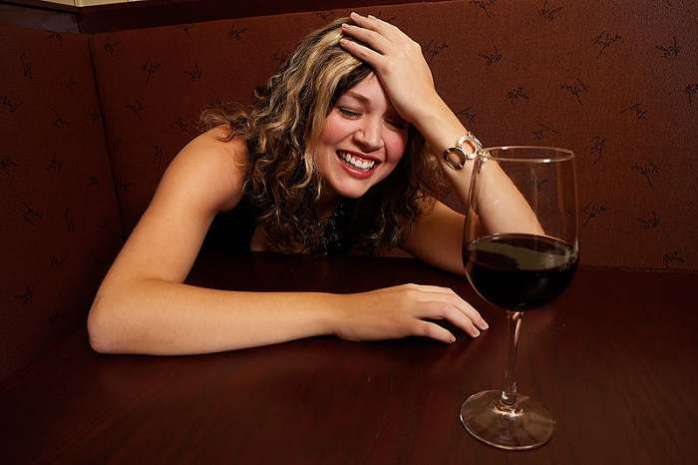 женщина вино бокал пьет