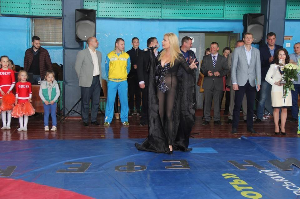 Вгосударстве Украина эстрадная певица забыла надеть белье перед концертом вшколе
