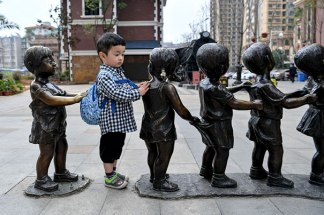 people-playing-with-statues-102-593555edd94dc__605