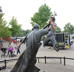people-playing-with-statues-funny-posing-11-59312fe4dc095__605