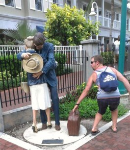 people-playing-with-statues-funny-posing-14-59314b0d5dd7b__605