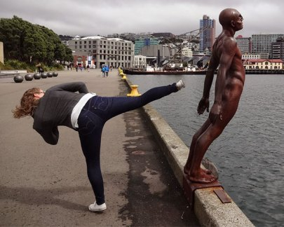people-playing-with-statues-funny-posing-200-59364fe44d07f__605