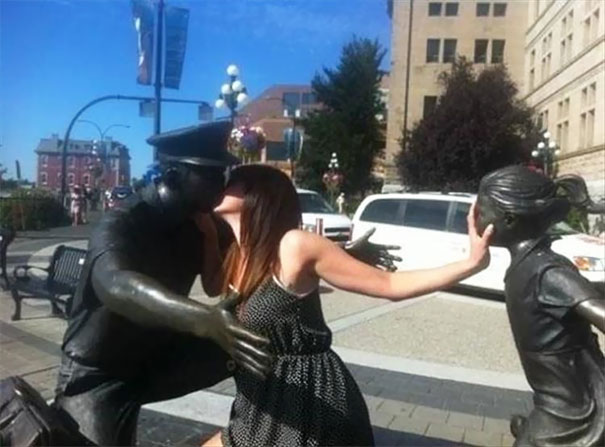people-playing-with-statues-funny-posing-27-593511e74bc0e__605