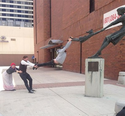 people-playing-with-statues-funny-posing-30-59351812823b4__605