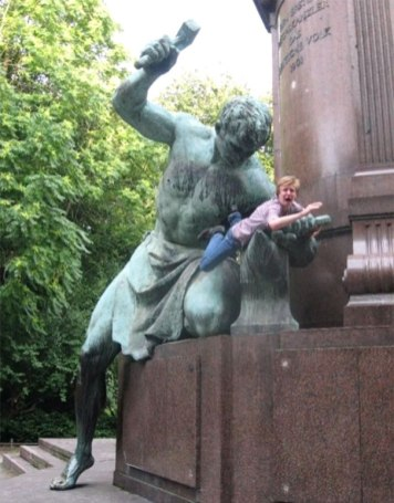 people-playing-with-statues-funny-posing-72-59365c1516831__605