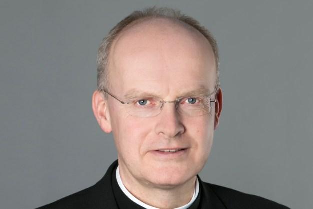 Bischof Overbeck schaut aufmerksam zum Betrachter