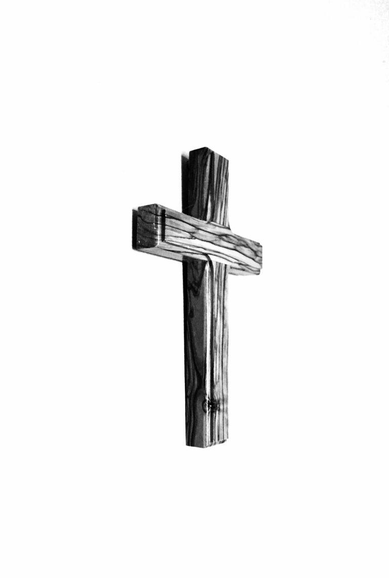 Kreuz aus dicken Holzbrettern