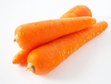ニンジンは噛み応えがあり、インコが食感を楽しむことができる野菜