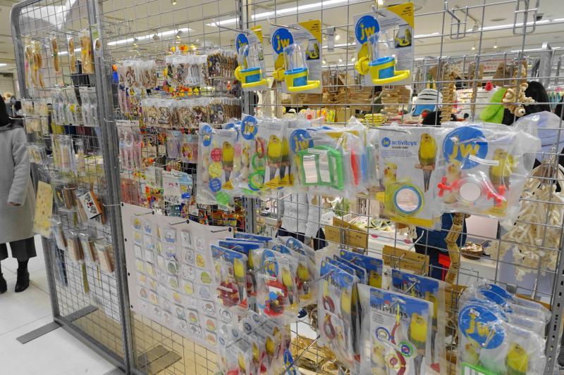 ことりサミットでは、鳥グッズ・鳥雑貨だけでなく、鳥用のおもちゃや鳥用品も出展