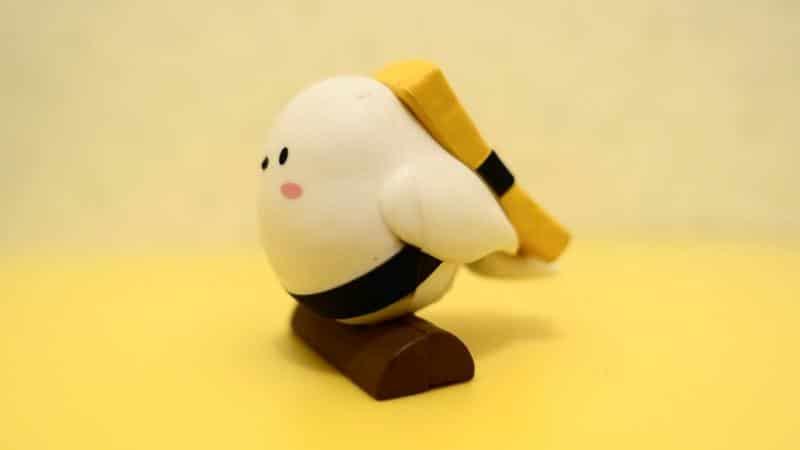 ほっかいどーぶつシマエナガちゃん02のシマエナガちゃん(たまごのお寿司)を横から撮影した写真。どう見てもたまごのお寿司