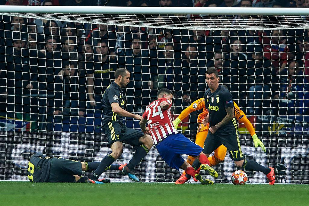 Bonucci tirado en la jugada vs Atlético de Madrid