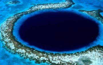 El Gran Agujero Azul de Belice cerca del arrecife Lighthouse.