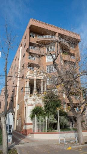 De la ex casa Forti se mantuvo un torreón alrededor del cual se construyó un edificio.