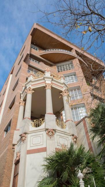Algunos pisos del edificio tienen salida al torreón de la ex casa Forti.