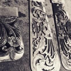 Obra de Agustina Argerich. Colgante y aros de plata 950 con fragmentos de abanico.