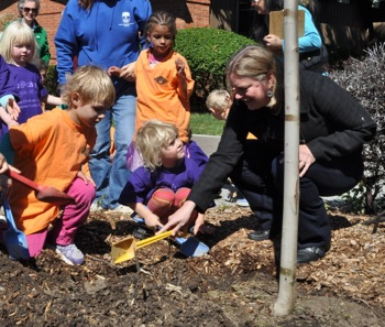 children plant tree with Menlo Park Mayor Kirsten Keith